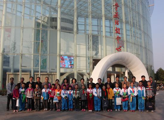 江苏/作家们与儿童画活动中心的小学生合影